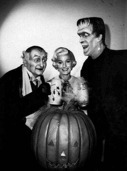 448px-Al_Lewis_Beverley_Owen_Fred_Gwynne_Munsters_Halloween_publicity_photo_1964